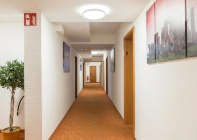 Hotelflur Apartment Hotel Aviva Groß-Zimmern